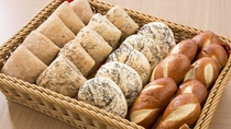 バイキング朝食 種類豊富なパン