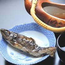 《夕食別注料理》岩魚の骨酒 香ばしい風味がくせになります。