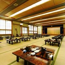 館内_食事処:広々とした広間で奥飛騨料理をご堪能ください