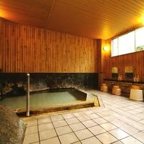 温泉_女性内湯:石造りの内湯 シャワーはこちらでご利用ください