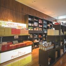 7階ロビー:売店 お菓子を中心に北海道のお土産をご用意しております