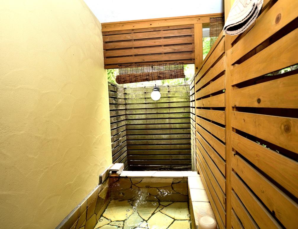 108号室の客室露天風呂です