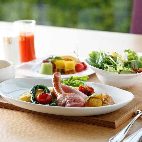 【朝食】卵やソーセージ、新鮮野菜などの洋食