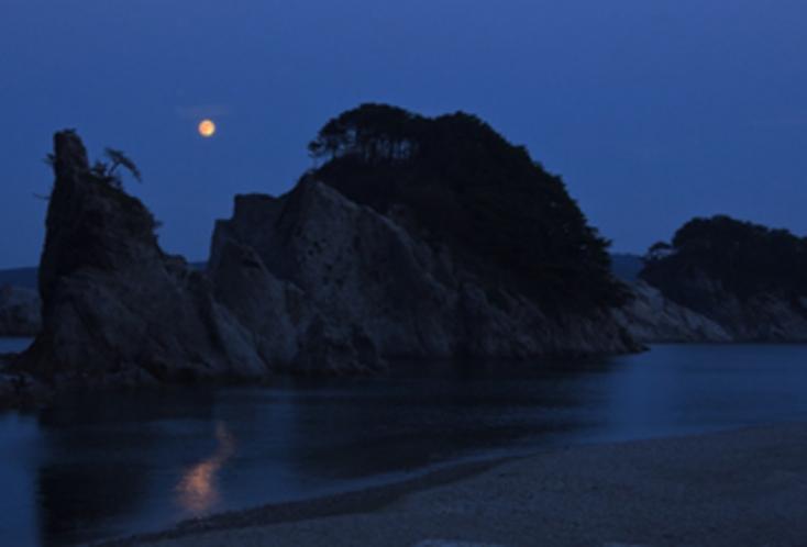 浄土ヶ浜の月