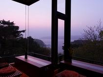 玄関を入って直ぐのロビーは、宮古湾・太平様を望む景観をご覧いただくことができます。