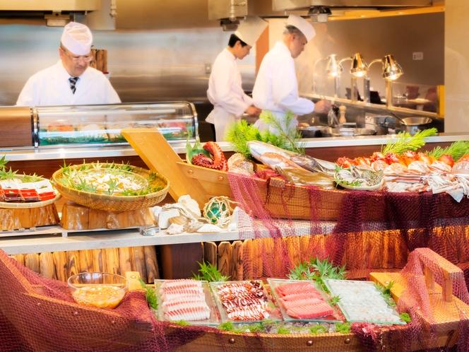 【夕食】新鮮な旬の船盛りやライブキッチンで天婦羅などの揚げたてをご用意/例