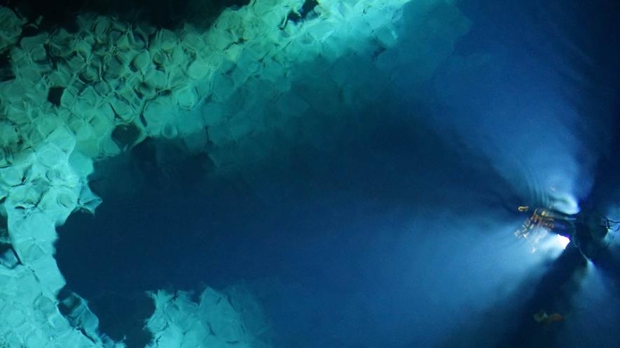 ドラゴンブルーに輝く幻想的な地底湖鑑賞を漫喫!