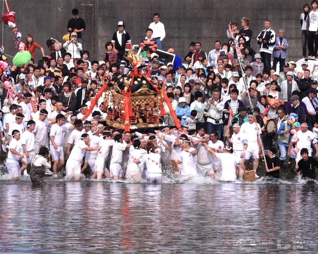 ホテルから1時間、海上神輿の男衆「山田祭」(山田町)