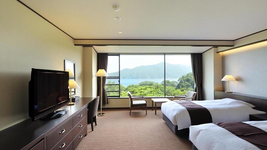 壁一面に広がるパノラミックな宮古湾の眺望が楽しめる/海側洋室ツインベッドルーム例