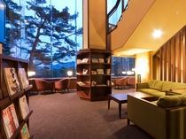 ご宿泊のお客様に、館内でゆっくりとお過ごし頂けるライブラリーラウンジが2Fにございます。