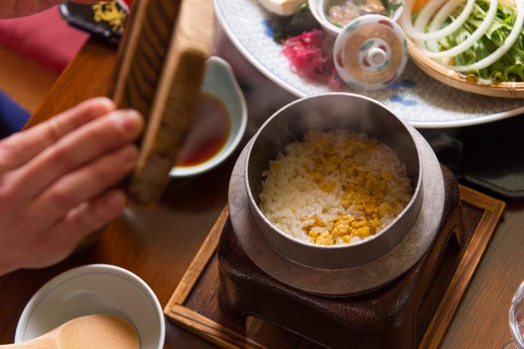【夕食】地産だからこそ本物のコクと旨味を存分に堪能できる、ウニの炊き込みご飯/例