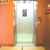 エレベータの中も畳です。