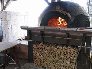 9. 手作りの石窯は毎日大忙し!今日は何を料理しましょうか?