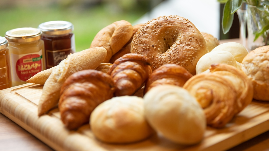 朝食は「焼きたてパンが主役」です