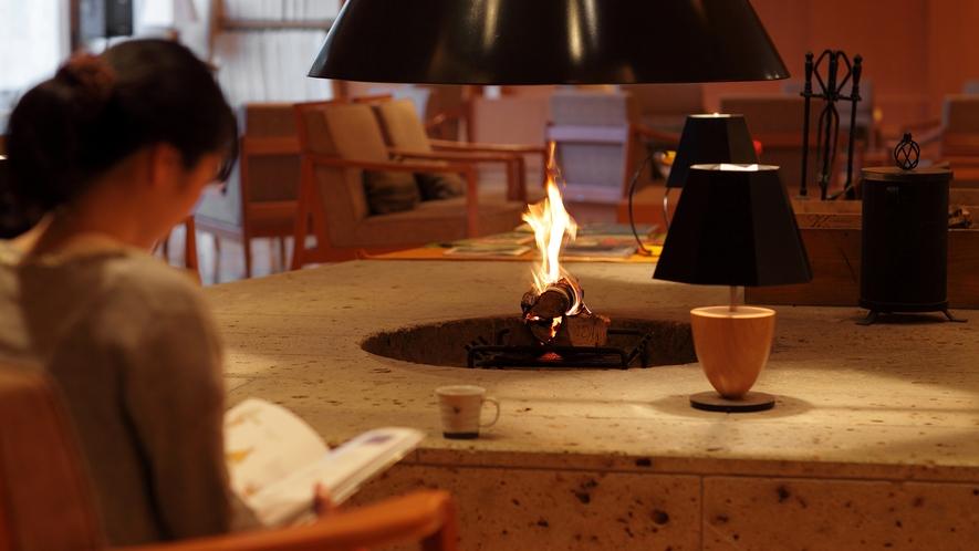 暖炉であたたまりながら、読書時間