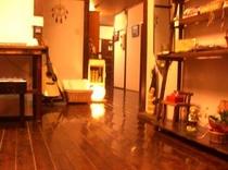 廊下 玄関から オレンジ 夜