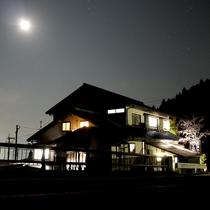 【外観(夜)】夜は満天の星空がご覧いただけますよ。
