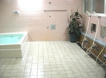 広さ8畳浴槽容量800Lの浴室