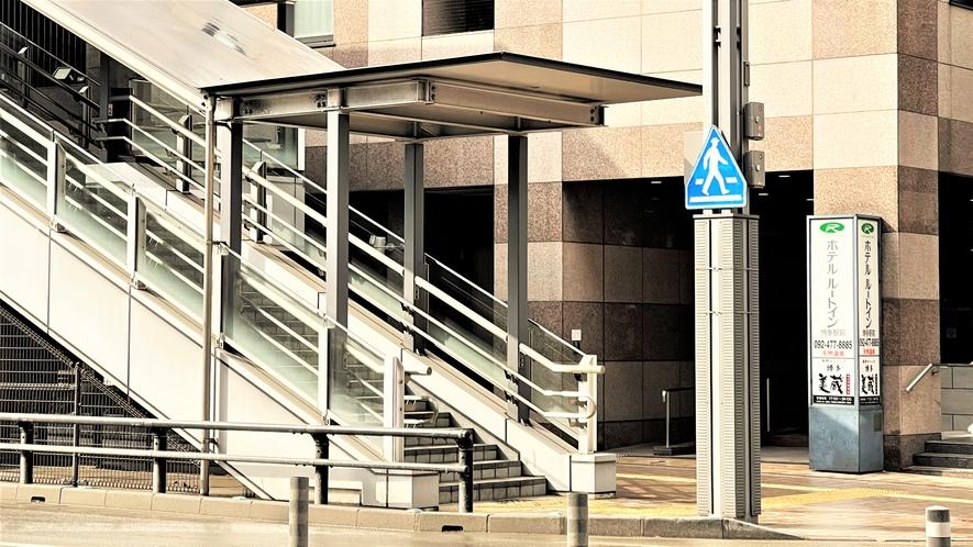 施設入口~駅からホテルまで通じる陸橋橋の階段を降りると当館目の前です~