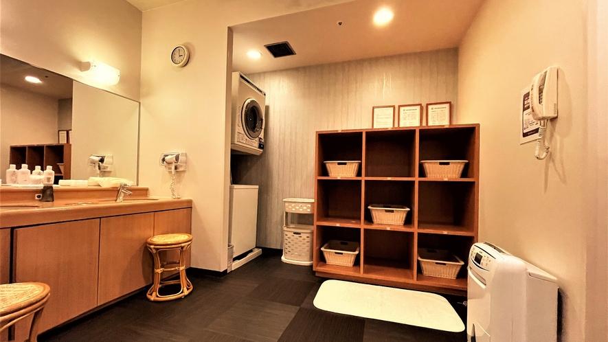 女性大浴場 脱衣室~貴重品ロッカー・トイレご用意しております~