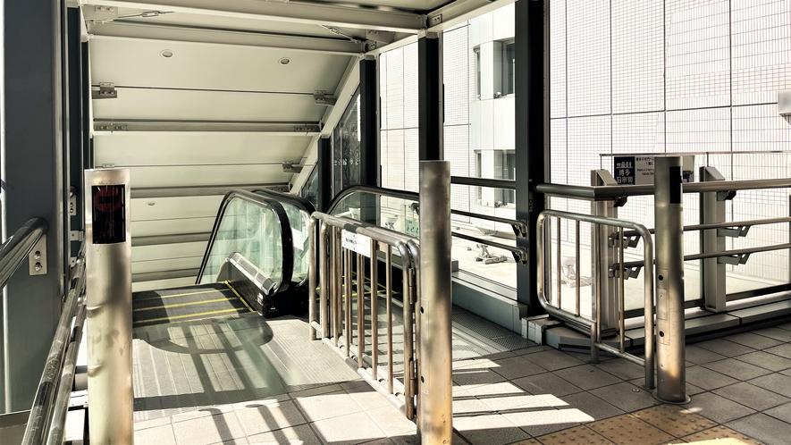 エスカレーター側~駅からホテルまで通じる陸橋橋でございます~