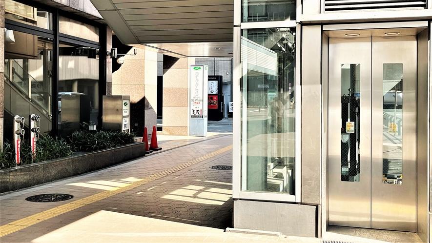 エレベーター~駅からホテルまでの陸橋橋のエレベーターで降りるとすぐです~