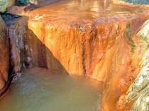 【男湯・露天】湧出口 温泉成分で赤く染まっています。