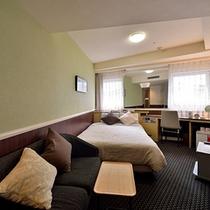 デラックスダブル 16平米 ベッド幅140cm シモンズ製ベッドです