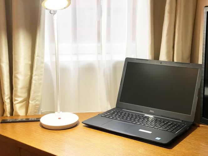 【ダブルルーム】広々デスクにデスクライトとコンセント2口で快適なリモートワークをサポート(イメージ)