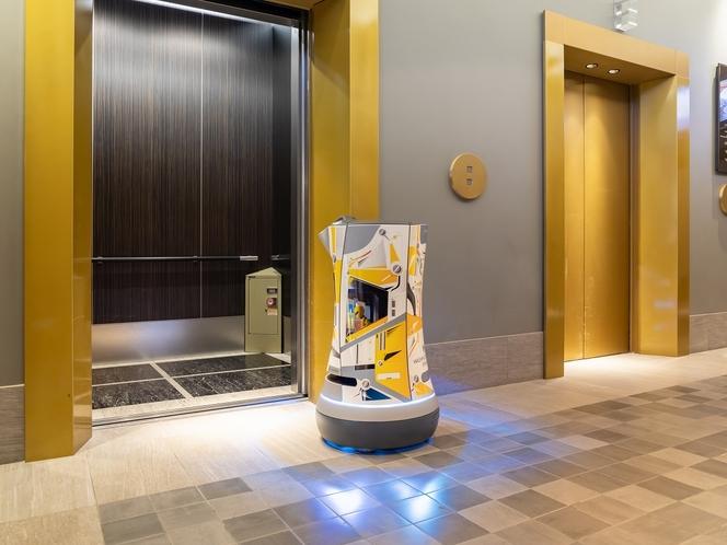 【デリバリーロボットS-mile】エレベーターの乗り降りも自動で行ないます。