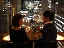【本館25階マンハッタンテーブル】カップルに人気の窓側特等席!今夜は新宿の夜景を独り占め!!