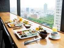 【本館25階マンハッタンテーブル】新宿中央公園の四季折々の風景を楽しみながら。