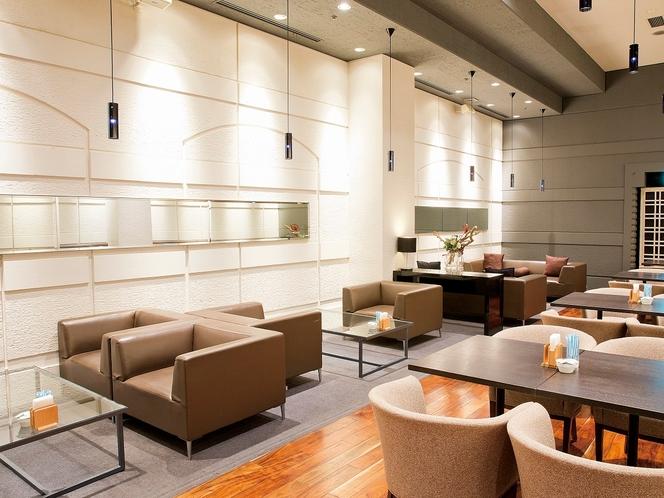 【本館3階カフェ&バーバロン】ゆったりと座れるソファ席もございます。