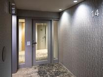 レディースフロア・エレベーターホール ルームキーが必要な二重扉で宿泊者様以外のフロア立ち入りを防止