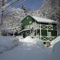 【冬*外観】雪の日のペンション