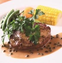 【フィレステーキ】さわやかな香りと辛味のあるグリーンペッパーソースはフィレステーキと相性ばっちり♪
