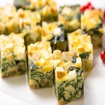 シェフ特製、自家製スモークチーズと福井県産「とみつ金時」が入ったオムレツ。