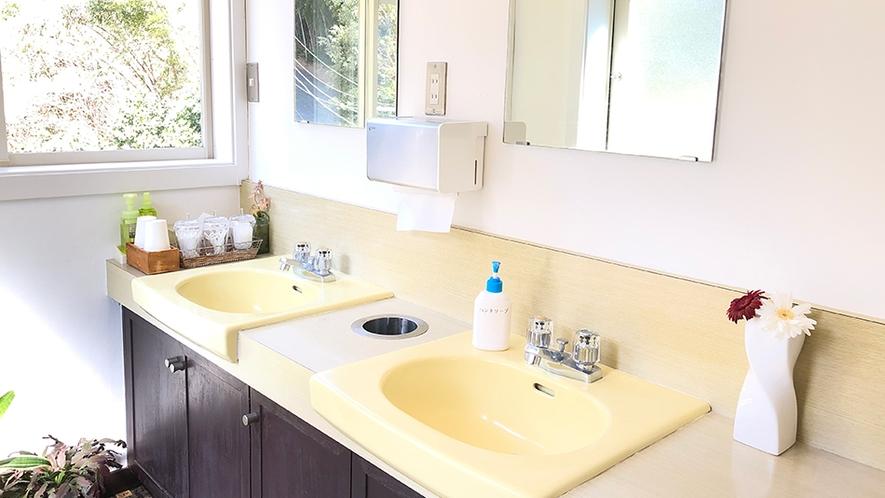 「洗面所」共有スペース。綿棒、歯間ブラシ、コットン、洗顔料、メイク落とし有り