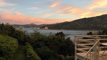「絶景テラス」夕暮れ時、茜色に空が染まります。