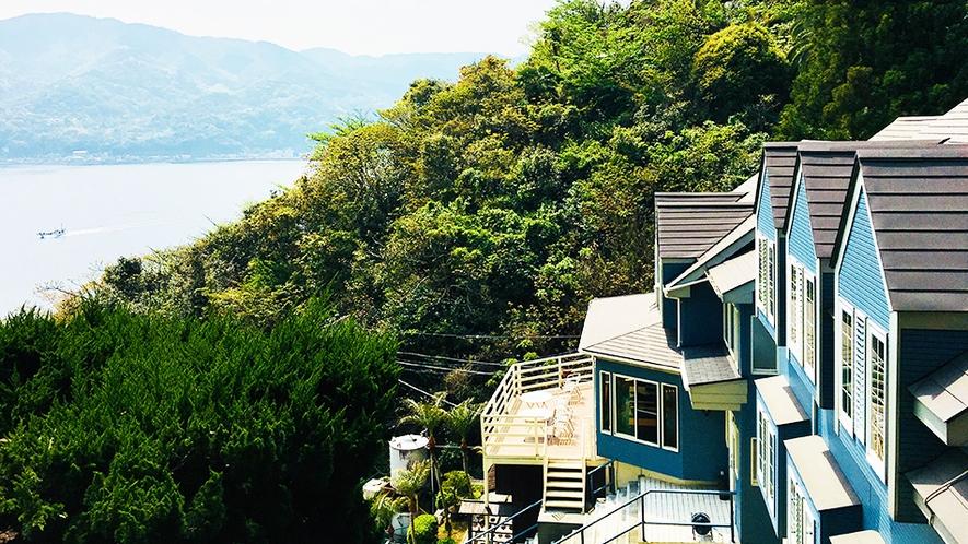 森に囲まれ、海を見下ろす眺望。正面には、伊東市街の街並みや山並みを望む。