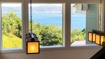 「館内からの眺望」開放的な館内からは、いたるところから海を一望できます。