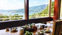 絶景朝食。海と山並みを眺めながらの朝食は格別です。