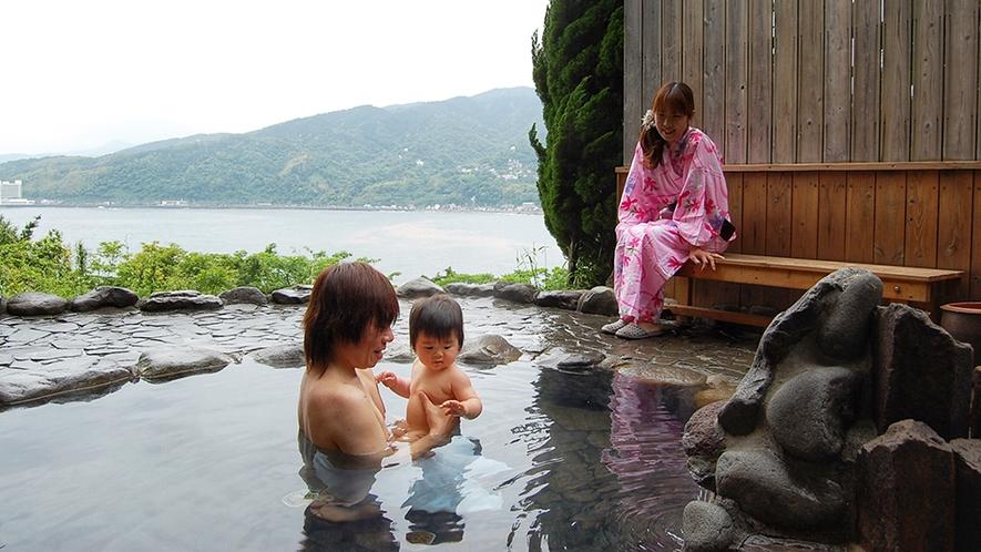 露天風呂でくつろぐご家族