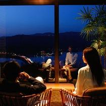 夜景を眺めるロビー 夜