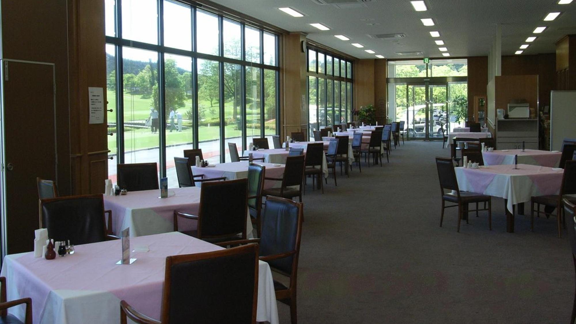 *レストラン/コースが目の前!開放感溢れるレストランです。