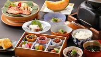 【ご朝食一例・和食】当館秘伝の味噌漬け焼き鮭・熱々の釜炊きご飯がすすむご飯のお供六種盛り等