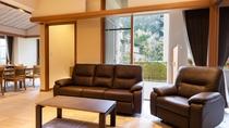 【別館1F貸切特別室「太閤」140平米】ソファスペース。自動で背もたれの角度調整ができるソファになり