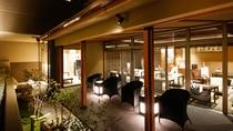 【ロビーテラス・夜】柔らかい光と虫の音・水の音が楽しめる夜のロビーテラスです。