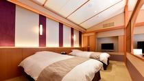 【金泉露天風呂付・特別室】ベッドルーム・ベッド正面の障子窓を開けるとテラスを臨みます。