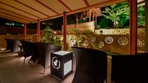 【ロビーテラス・夜】柔らかい光と虫の音が楽しめる夜のロビーテラスです。